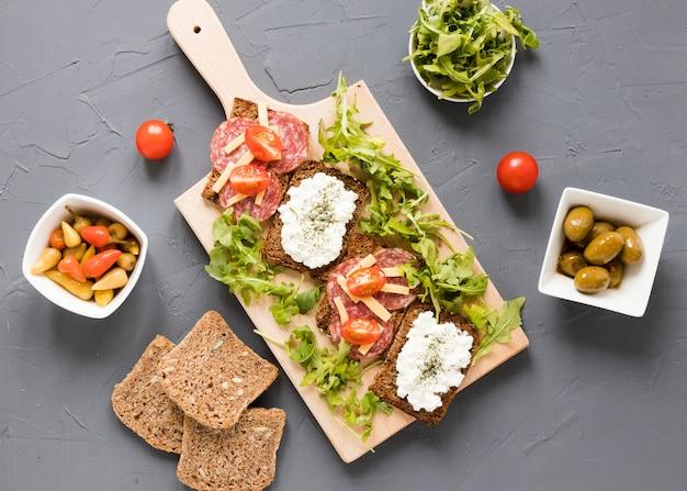 Plateau avec des sandwichs et des légumes