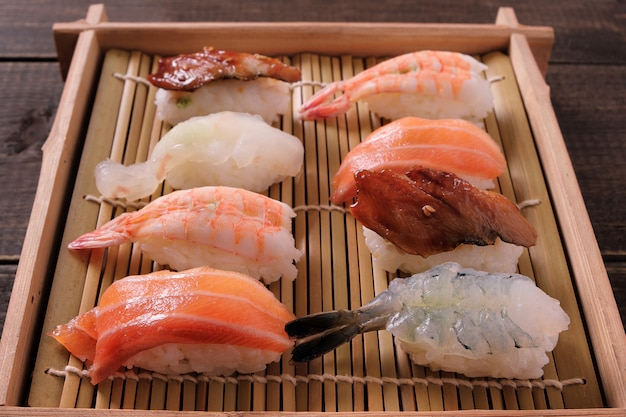 Plateau à sushi en bois assorti à emporter