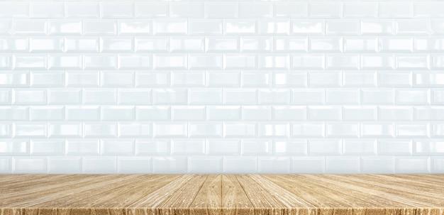 Plateau de table en bois à fond de mur de carreaux de céramique blanc brillant