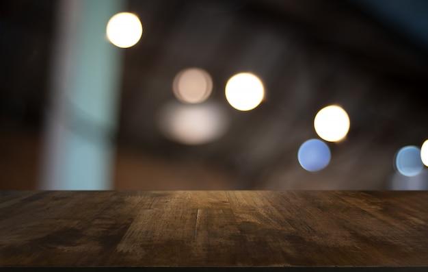 Plateau de table en bois à l'intérieur de la pièce d'arrière-plan flou
