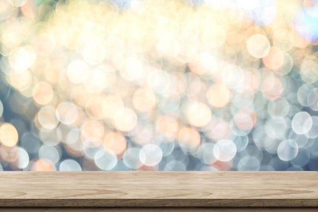 Plateau de table en bois marron vide avec flou abstrait bokeh bleu et orange pastel