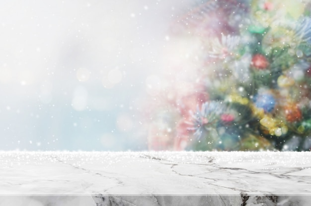 Plateau de table en marbre blanc vide avec lumière de bokeh sur bannière floue de sapin de noël