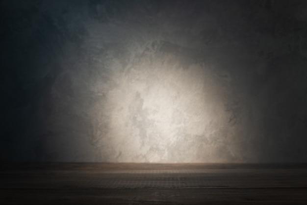 Plateau de table sur mur de béton avec rayon de lumière