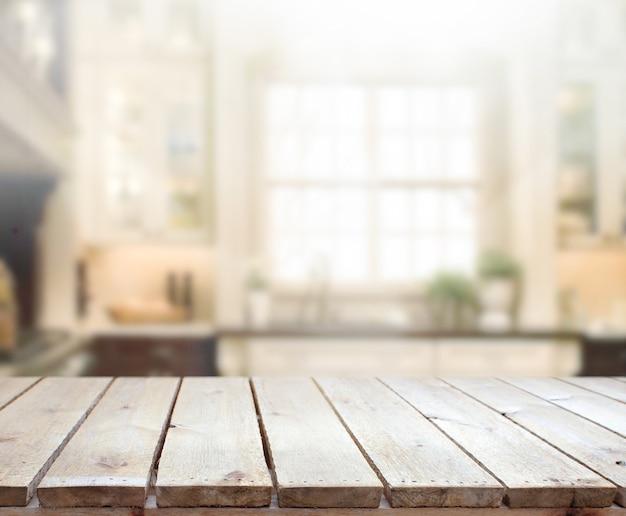 Plateau de table pour la présentation du produit. arrière-plan flou intérieur