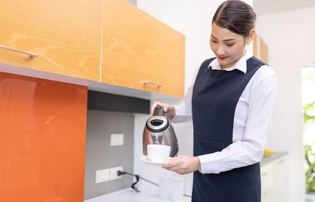 Plateau de tenue de femme de chambre avec tasse de café