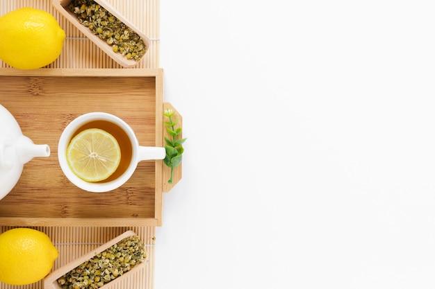Plateau de thé au citron avec espace de copie