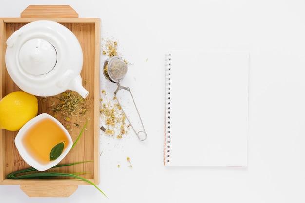 Plateau de thé avec maquette de cahier