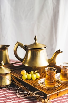 Plateau de thé maure avec des raisins