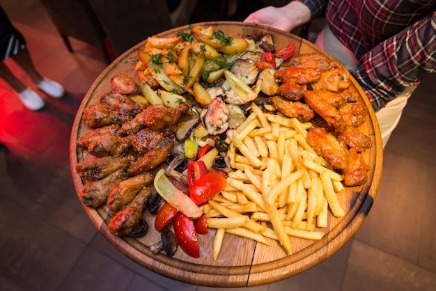 Le plateau avec une variété de viande et de légumes.