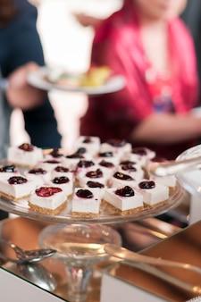 Plateau en verre plein de desserts