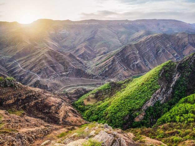 Plateau vert de haute altitude avec des montagnes texturées. vallée de la montagne. une corniche rocheuse s'étend au loin.