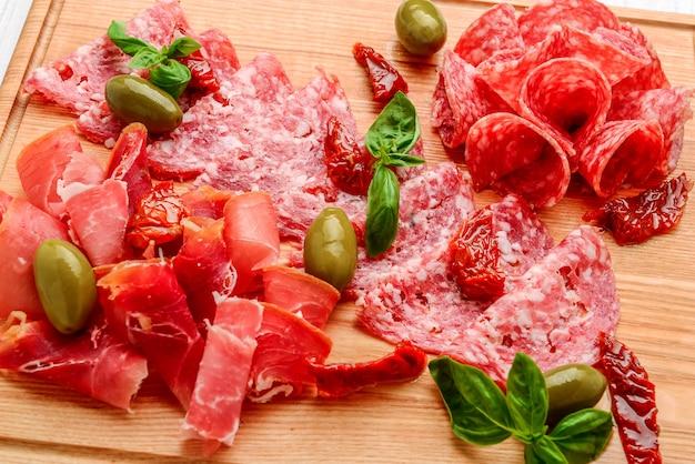 Plateau de viande séchée de tapas espagnoles traditionnelles