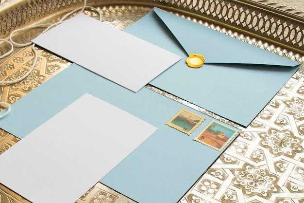 Plateau vintage avec des papiers de couleur