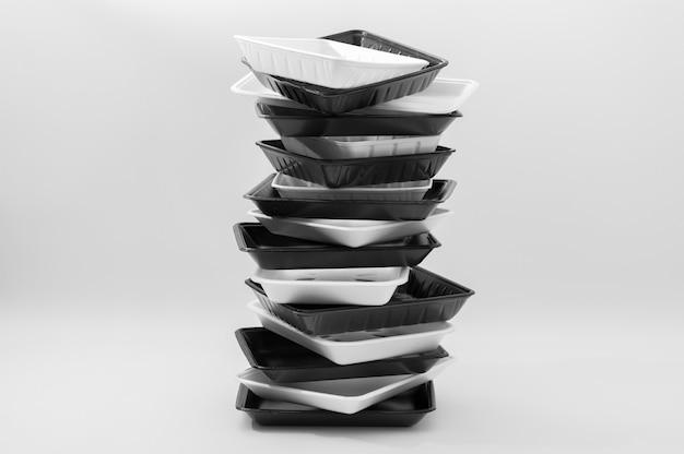 Plateaux en polystyrène pour la nourriture sur fond blanc
