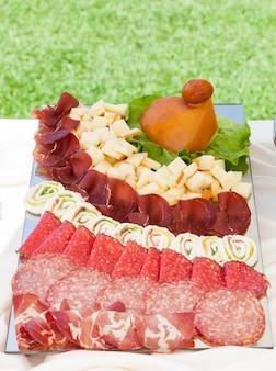 Plateaux avec salami et mozzarella