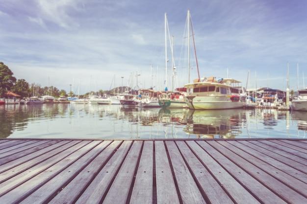 Platelage en bois ou passerelle et vue du yacht debout à la marina à phuket, en thaïlande