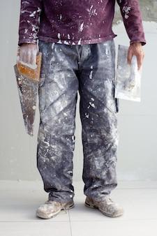 Plâtre de construction homme de plâtre pantalon sale