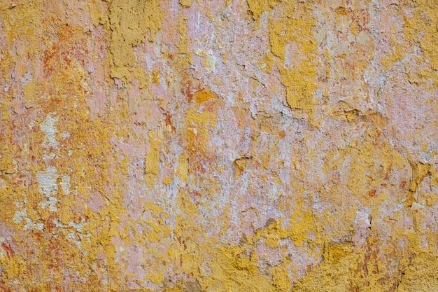Plâtre jaune sur le mur