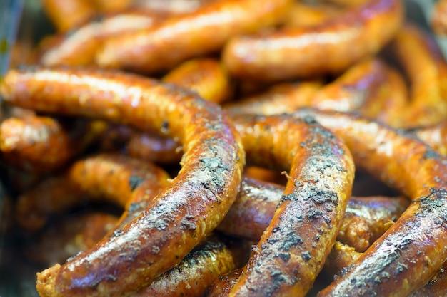 Plats d'abattage de porc hongrois traditionnels, saucisses frites