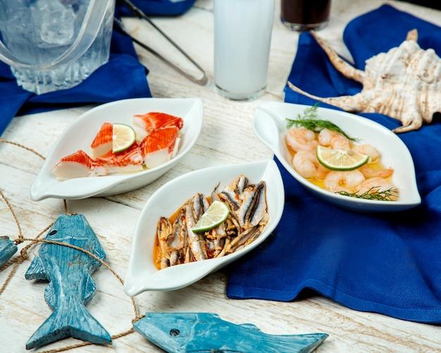 Plats d'accompagnement de fruits de mer avec plateau de crevettes, calmars et poissons