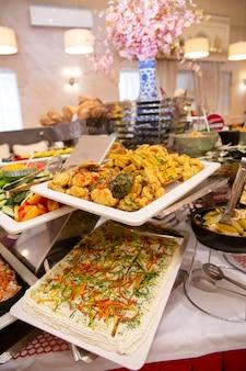 Plats au restaurant sur la table en déjeuner d'affaires.