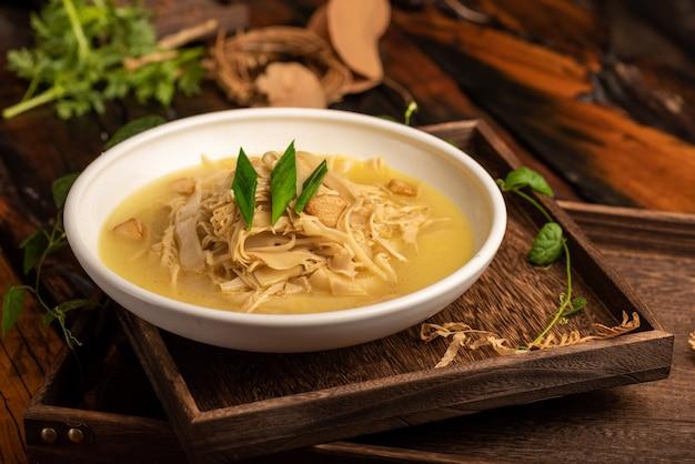 Plats de banquet chinois traditionnels, pousses de bambou séchées sautées