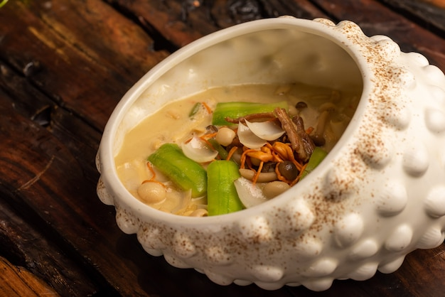 Plats de banquet chinois traditionnels, soupe aux champignons divers