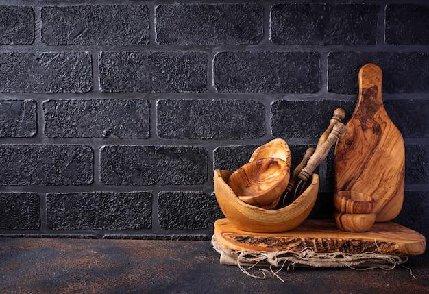 Plats en bois sur un fond de mur de brique