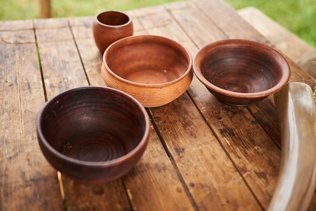 Plats en bois sur la table