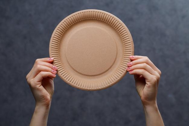 Plats en carton jetables fabriqués à partir de matériaux respectueux de l'environnement. n'obstrue pas la nature vaisselle écologique, jetable, recyclable, compostable. gobelets en papier pour boire, vaisselle