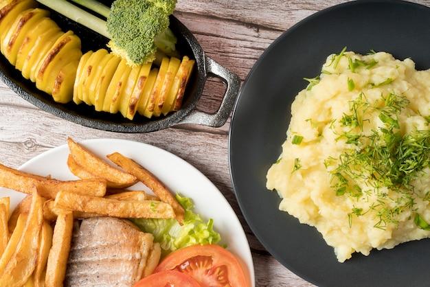 Plats délicieux avec différentes pommes de terre cuites