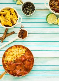 Plats délicieux et épices sur table