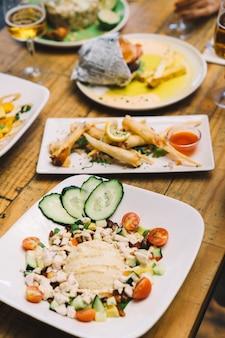 Plats délicieux sur la table