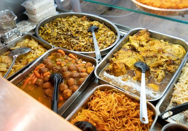 Plats à emporter, pâtes, pain de viande, poulet, assortiment