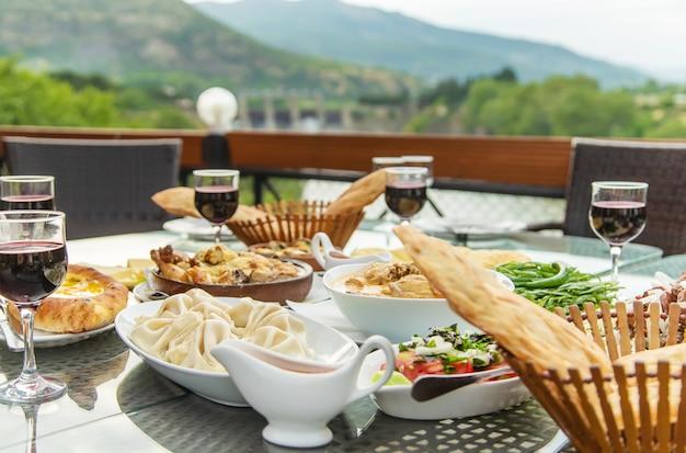 Plats géorgiens sur la table