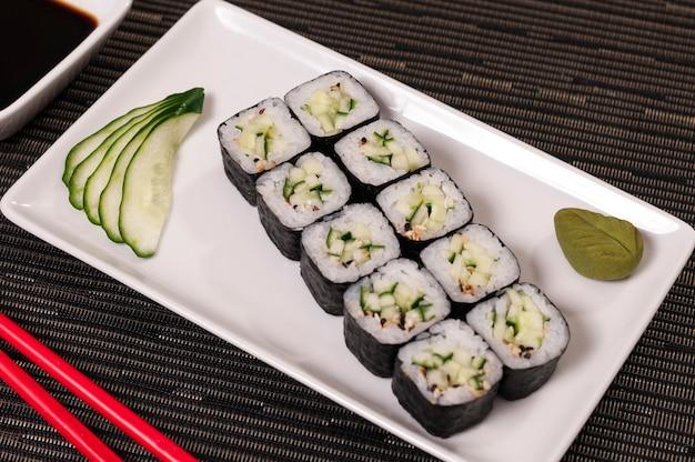 Plats japonais, plats végétariens de sushis et de riz, plats asiatiques, fruits de mer biologiques, poissons naturels, aliments végétaliens