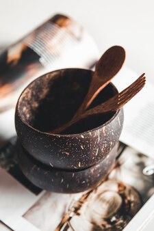Plats à la noix de coco. bol, fourchette et cuillère en coque de noix de coco