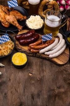Plats de l'oktoberfest avec bière, bretzel et saucisse