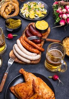 Plats d'oktoberfest avec bretzel à la bière et saucisses