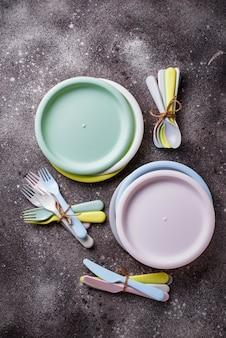 Plats en plastique colorés pour pique-nique estival