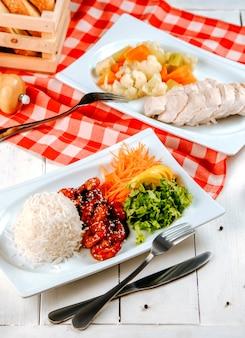 Plats principaux de poulet avec diverses garnitures