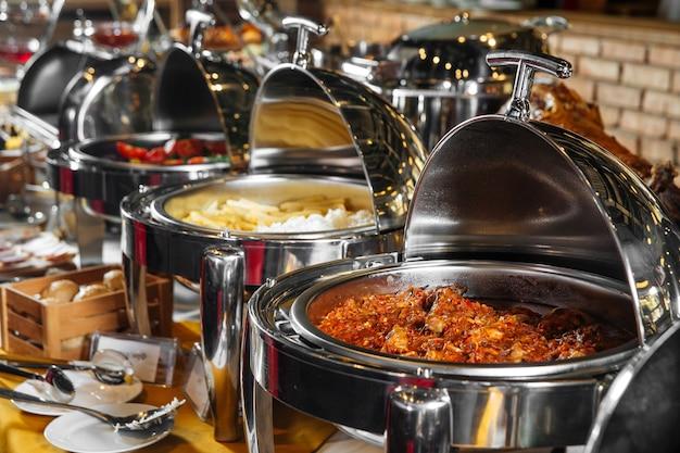 Plats de restauration buffet alimentaire dans des bainsmaries en acier