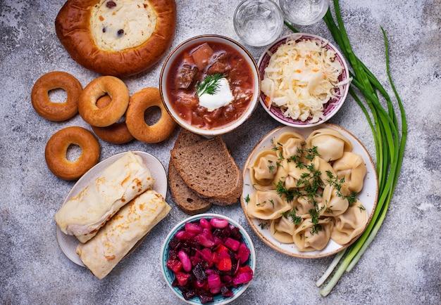 Plats russes traditionnels, des bonbons et de la vodka