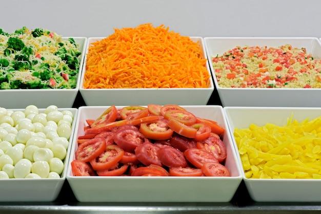 Plats de salade au restaurant self-service au brésil