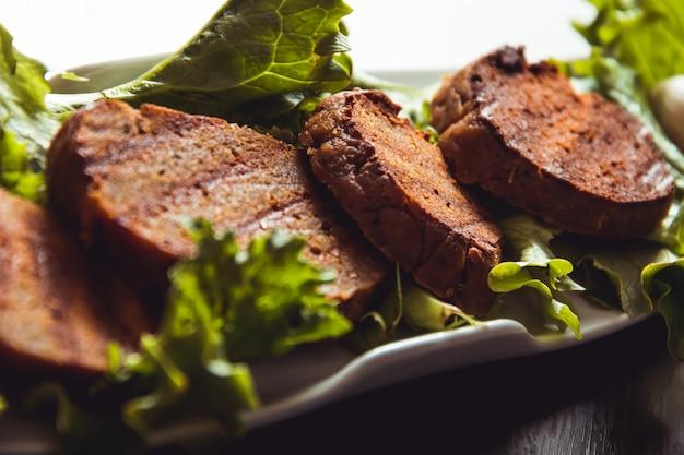 Plats de seitan cuits, plats végétaliens et végétariens
