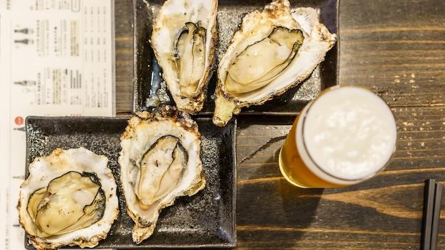 Plats de signature célèbres : huîtres grillées sur l'île de miyajima, hiroshima, japon