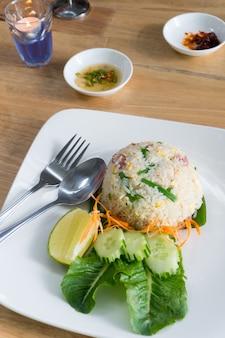 Plats thaïlandais riz frit avec du porc mariné