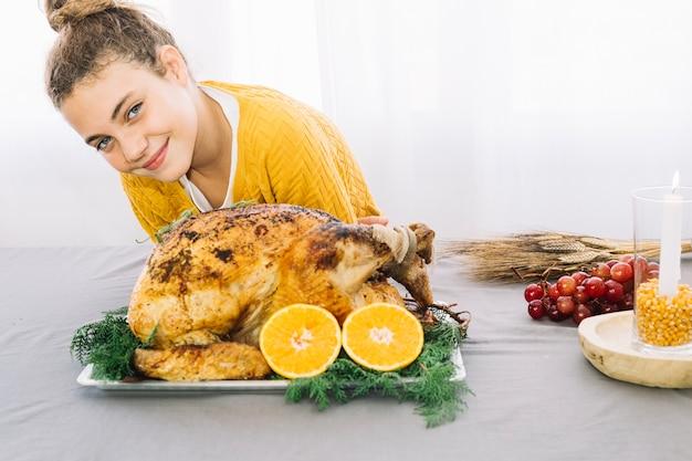 Plats de thanksgiving avec femme et dinde