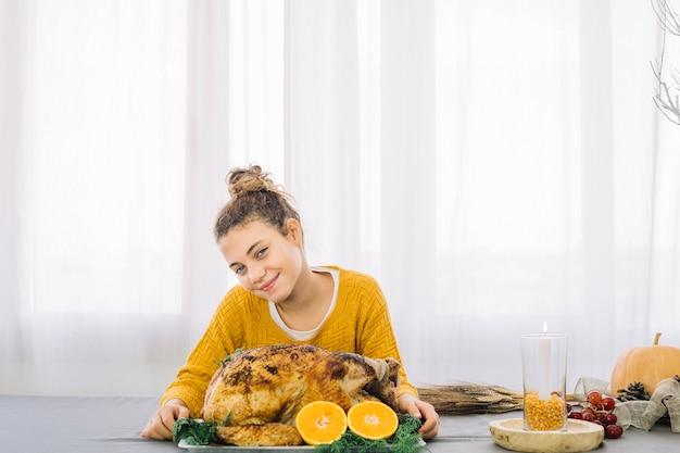 Plats de thanksgiving avec une femme heureuse