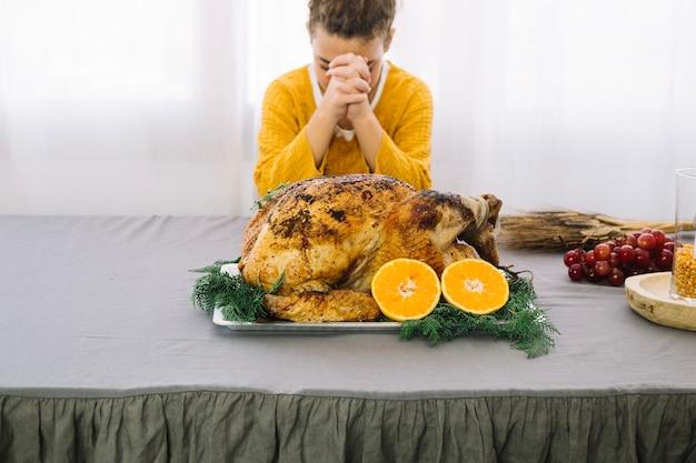 Plats de thanksgiving avec une femme en prière